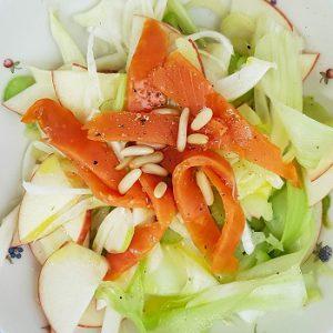 Салат из сельдерея, фенхеля и яблока с лососем
