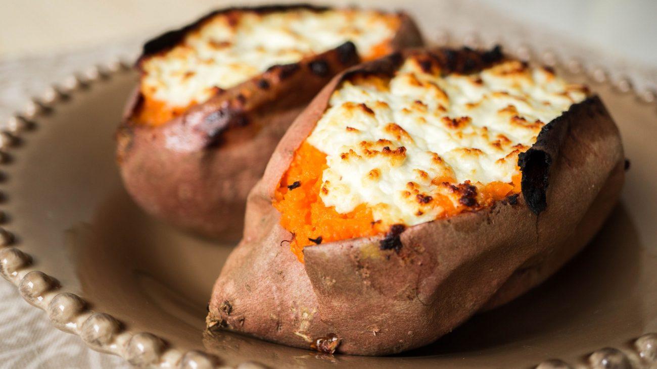 Сладкий картофель (батат) запеченный с козьим сыром
