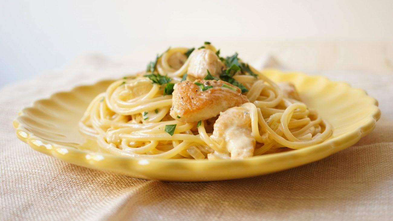 Паста с куриным филе в сливочном соусе с сыром с плесенью