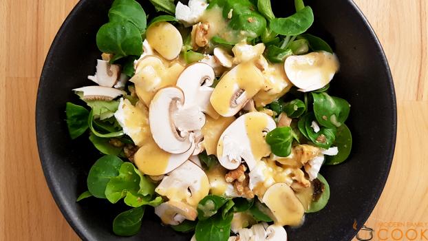 Салат с шампиньонами и козьим сыром