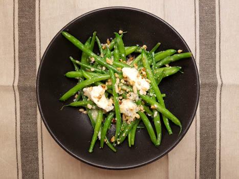 Теплый салат из стручковой фасоли с горгонзолой