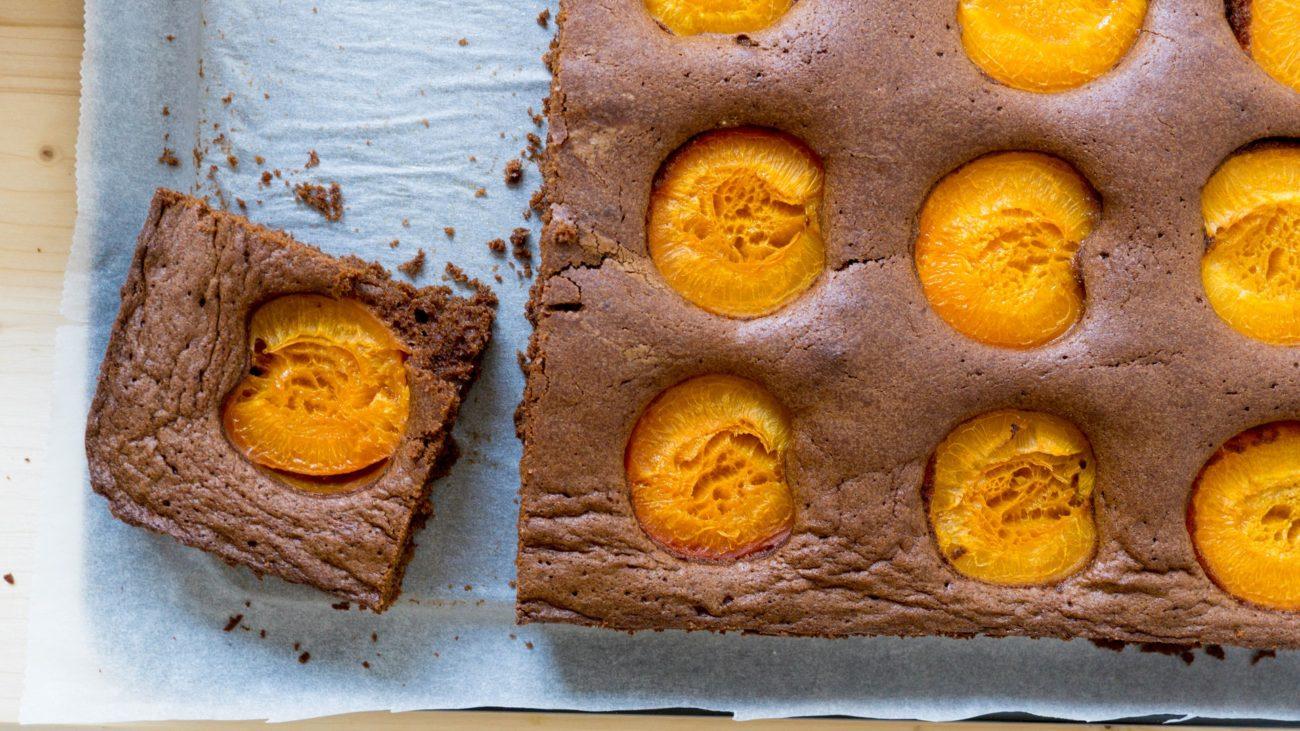 Шоколадный пирог с абрикосами