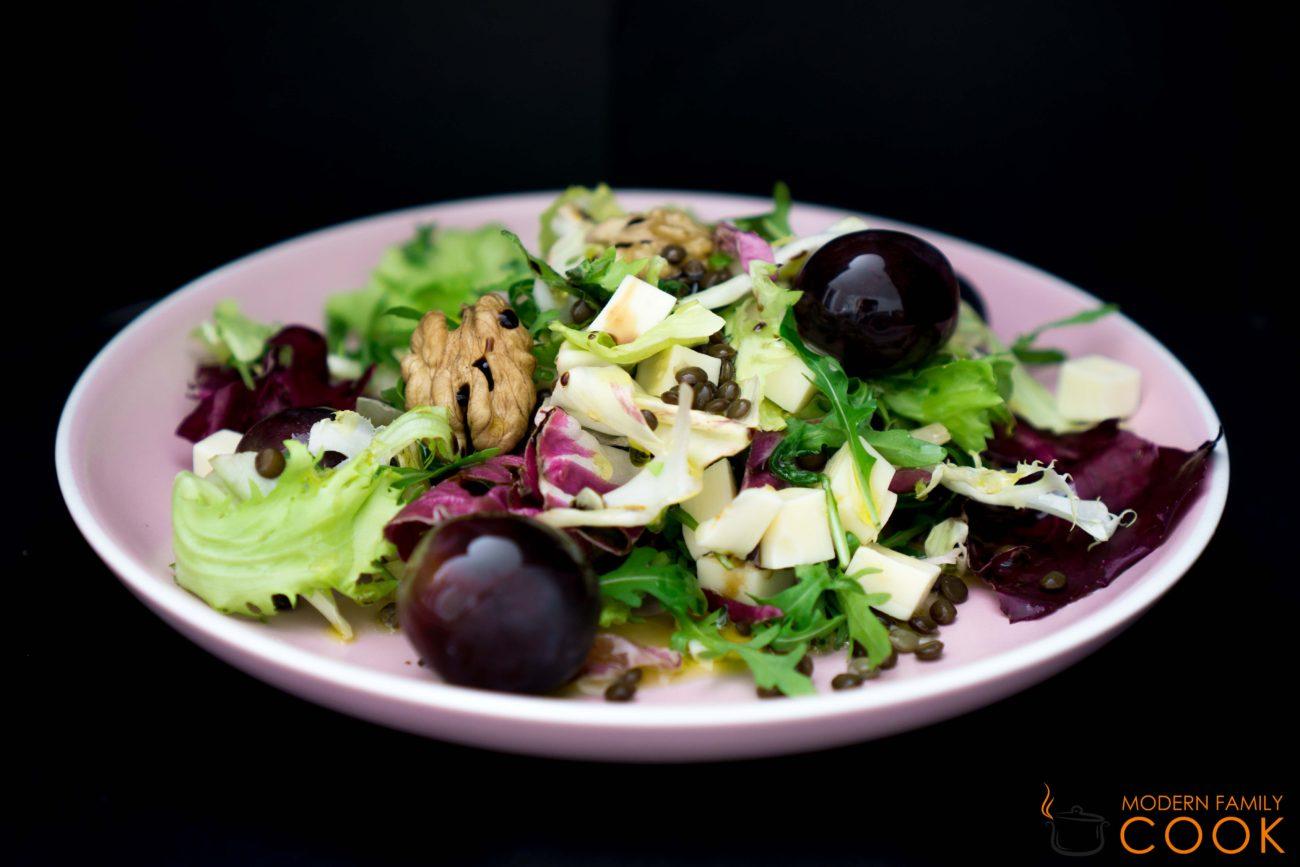 Салат с рукколой, сыром, орехами и черной чечевицей