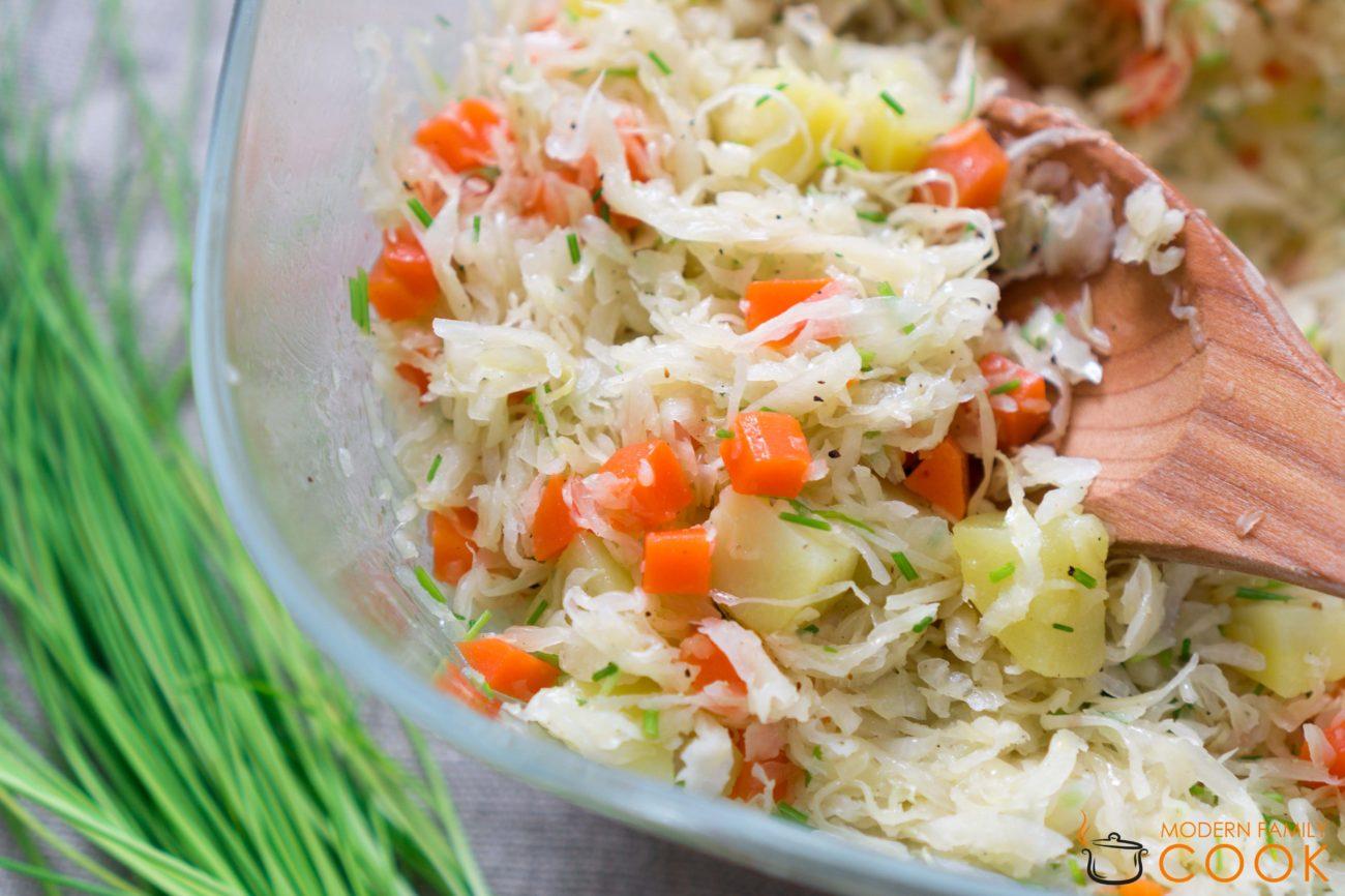 Салат из квашенной капусты с отварным картофелем и морковью