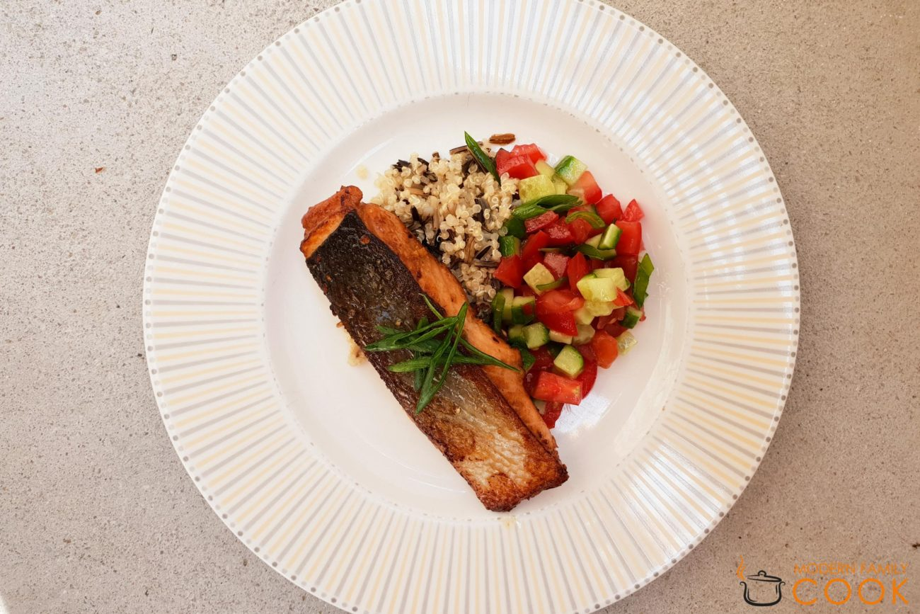 Лосось в азиатском маринаде с простым салатом из отварных зерен и свежих овощей