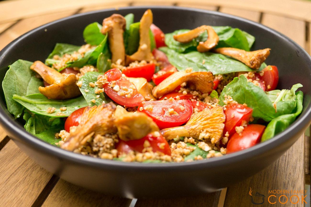 Салат со шпинатом, грибами и миндальной заправкой