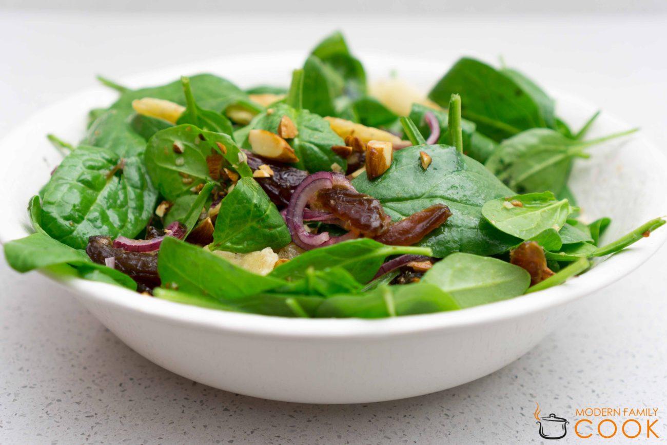 Салат со шпинатом, финиками и миндалем