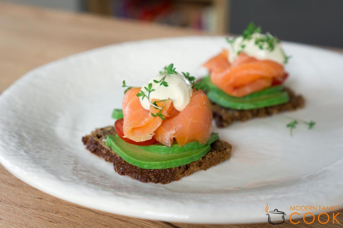 Датский сендвич с лососем и кремом из хрена