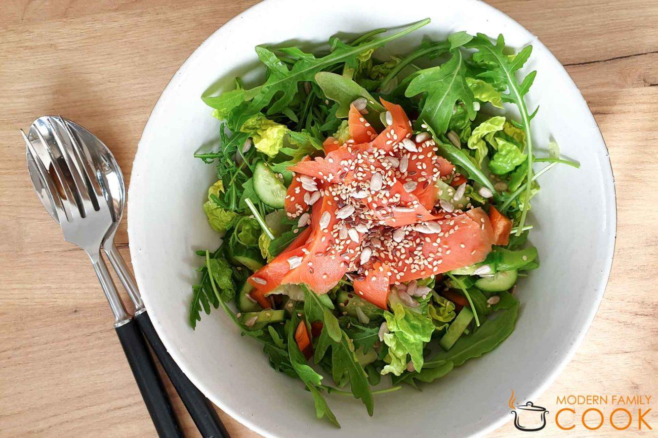 Салат с лососем и азиатской заправкой