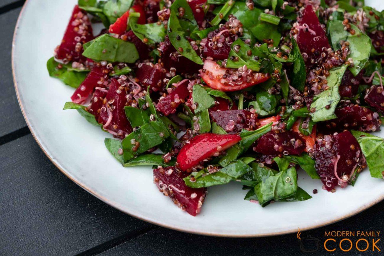 Скандинавский салат из запеченной свеклы с ягодами и киноа