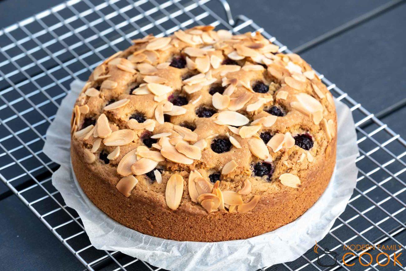 Летний пирог оливковым маслом и ежевикой (gluten-free, dairy-free)