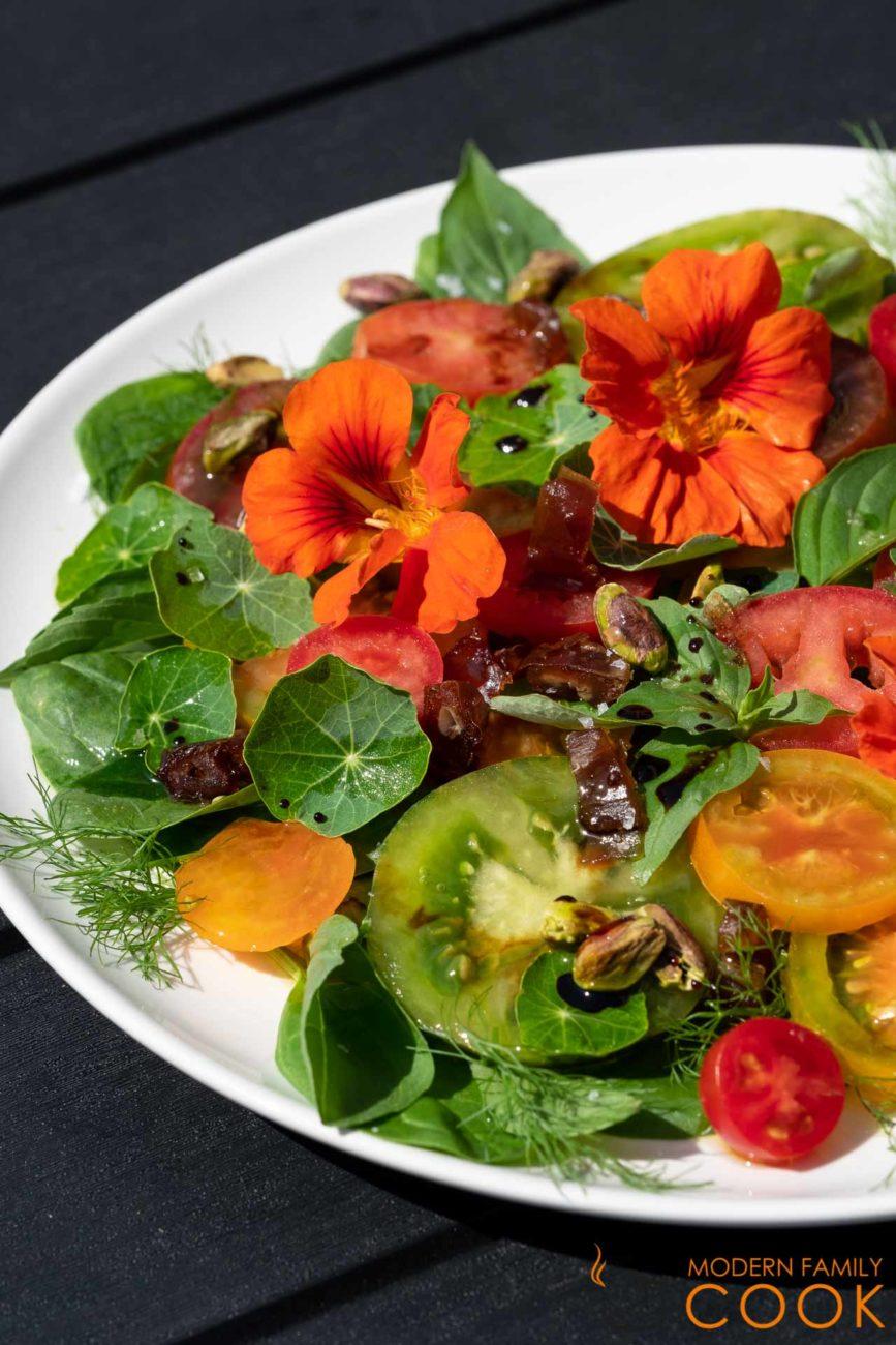 Салат из помидоров с цветами и листьями настурции