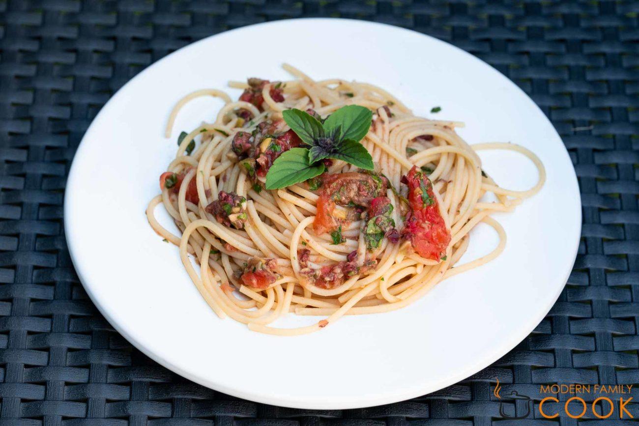 Спагетти с соусом из свежих помидоров, оливок и анчоусов (gluten-free, dairy-free)